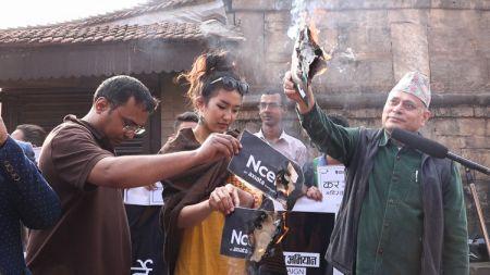 एनसेल प्रकरणः पूर्वमिस नेपाल लिम्बू र नागरिक अगुवाले जलाए सीम (भिडियोसहित)