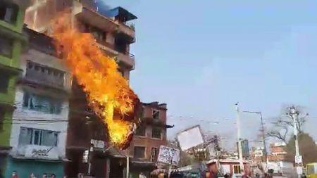 ललितपुरबासीले जलाए मेयर महर्जनको पुत्ला