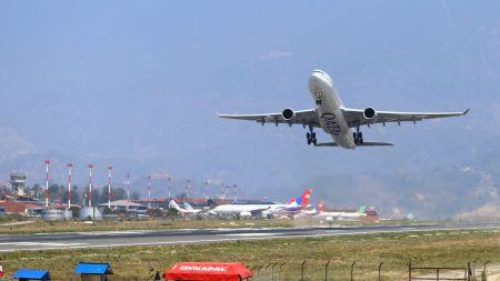 संक्रमितसँगै विमानबाट नेपाल भित्रिएका २५ यात्रु अझै सम्पर्कविहीन