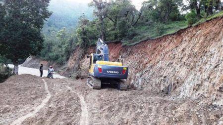 कामदार अभावमा मध्यपहाडी राजमार्गमा कालोपत्र प्रभावित